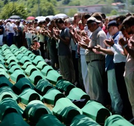 Bosnia & Herzegovina: Emotional scenes mark Srebrenica burials in Bosnia