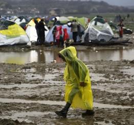 Greece: Borders closed, children in refugee camp suffer