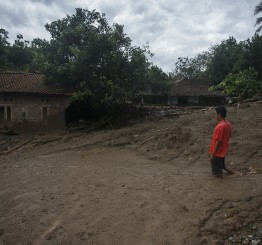 Indonesia: More than 60 dead in floods, landslides