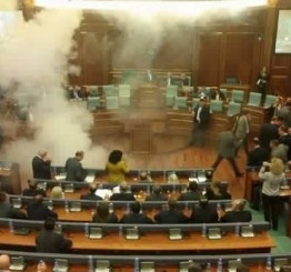Kosovo: Opposition MPs throw tear gas in Parliament