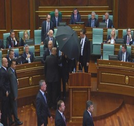 Kosovo: MPs throw eggs at PM Mustafa in parliament