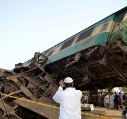 Pakistan: 18 killed in train collision in Karachi