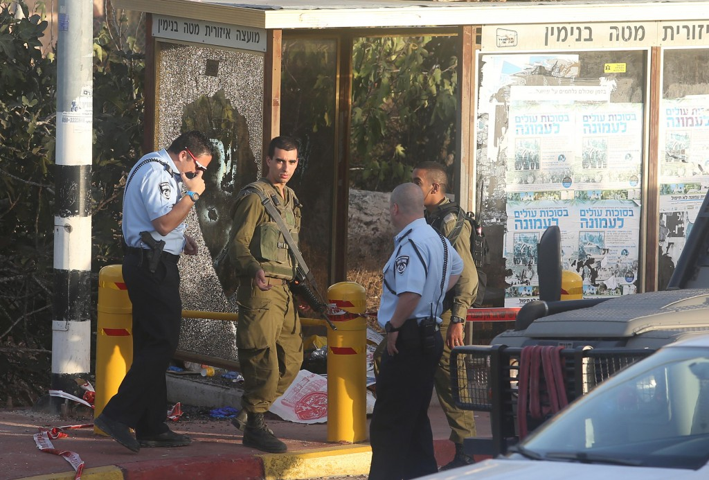 RAMALLAH, WEST BANK - NOVEMBER 03: Israeli police gather at the scene of a stabbing attack, where a Palestinian allegedly tried to stab an Israeli soldier before he was shot dead, at a bus station in Ofra Israeli settlement in Ramallah, West Bank on November 03, 2016. ( Issam Rimawi - Anadolu Agency )