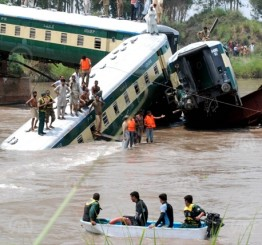 Pakistan: 19 killed in train crash