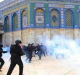 Palestine: Israeli forces raid Aqsa compound, clash with Palestinians