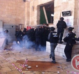 Palestine: Dozens hurt in Aqsa clashes as Israeli police 'force Muslims out'