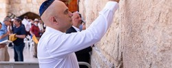 Javid prays at Jerusalem's Wailing Wall