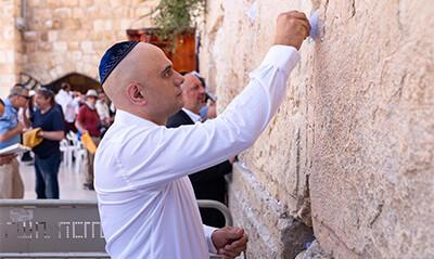 Javid prays at Jerusalem's Wailing Wall