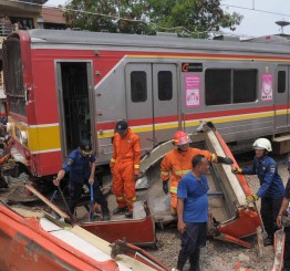 Indonesia: 18 people die as train smashes into bus