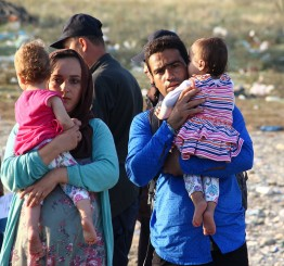 Macedonia: 300 injured as police fire on refugees