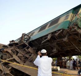 Pakistan: 18 killed in train collision in Karachi