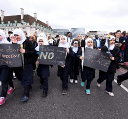 UK: Hundreds show unity in Westminster Bridge vigil